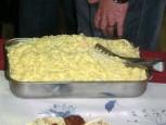 Ett stort fat med pasta.