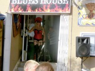Lady Gaga gör entre.