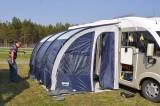 Fundersamt när det nya tältet skall resas.