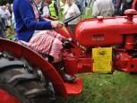 Klädsen anpassad till traktorns ålder.
